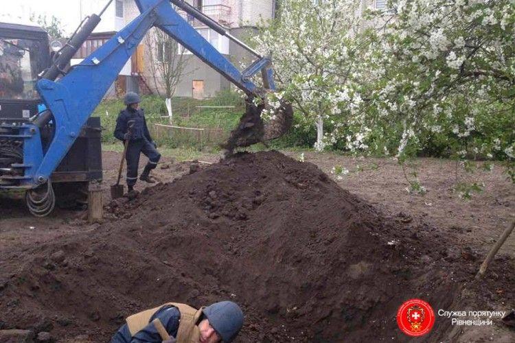 На Рівненщині посеред житлових будинків викопали 14 снарядів (фото)