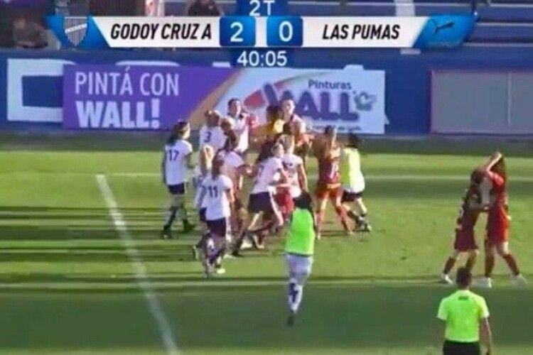 Жінки-футболістки влаштували велику бійку на полі (Відео)