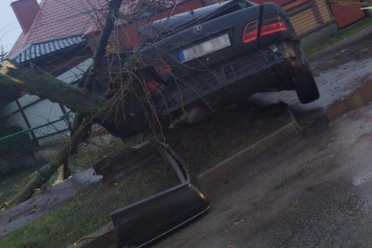 У Ковелі легковик зніс дерево і вилетів на тротуар