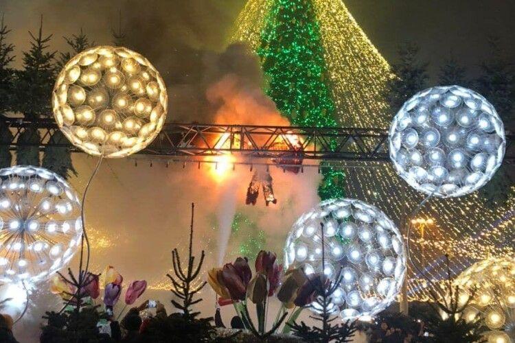 У Києві на головній ялинці загорілася новорічна декорація (Фото)
