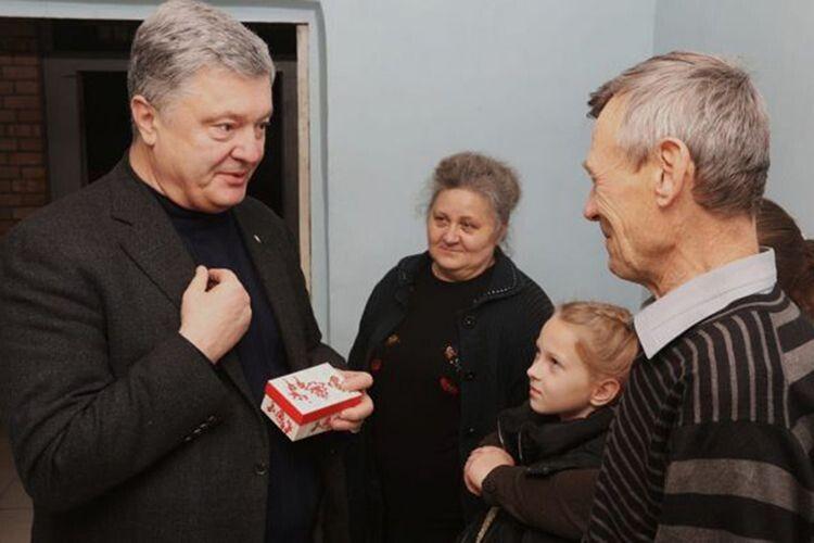 Порошенко подарував будинок родині, дім якої розбомбили окупанти