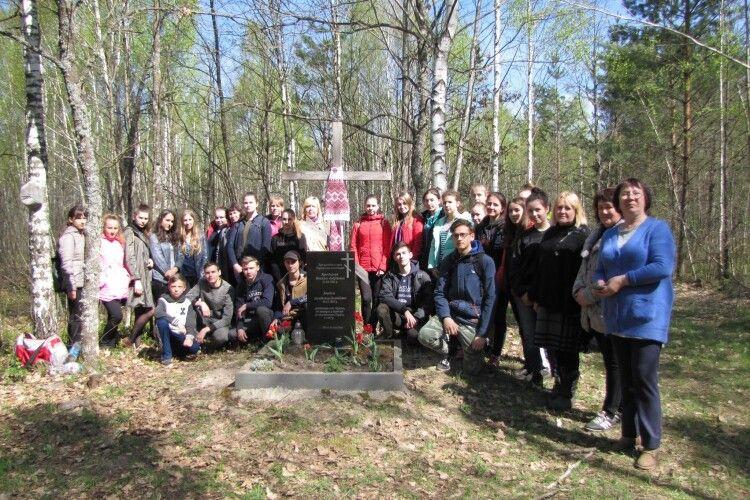 Цуманські школярі вшанували пам'ять двох вояків УПА, полеглих у бою з бандами НКВС (Фото)