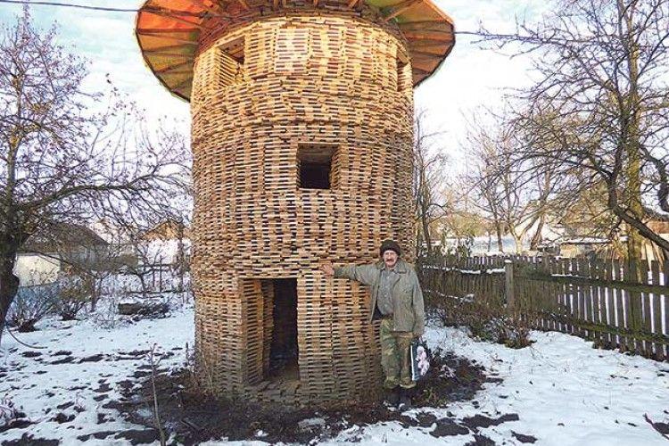 Склав із дров триповерхову башту