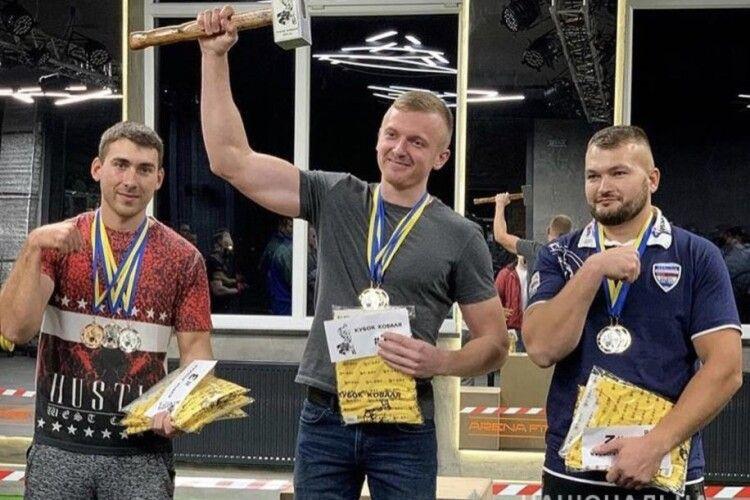 На чемпіонаті Ковеля з армреслінгу переміг поліцейський