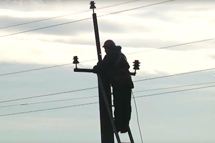 Майже кілометр повітряних електроліній зрізали крадії у Рівному (Відео)