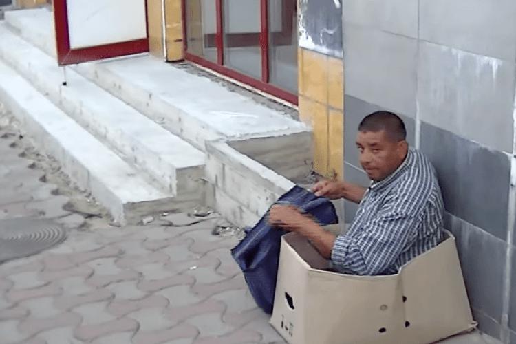 У Чернівцях «безногий» жебрак раптом підвівся і пішов геть (Відео)