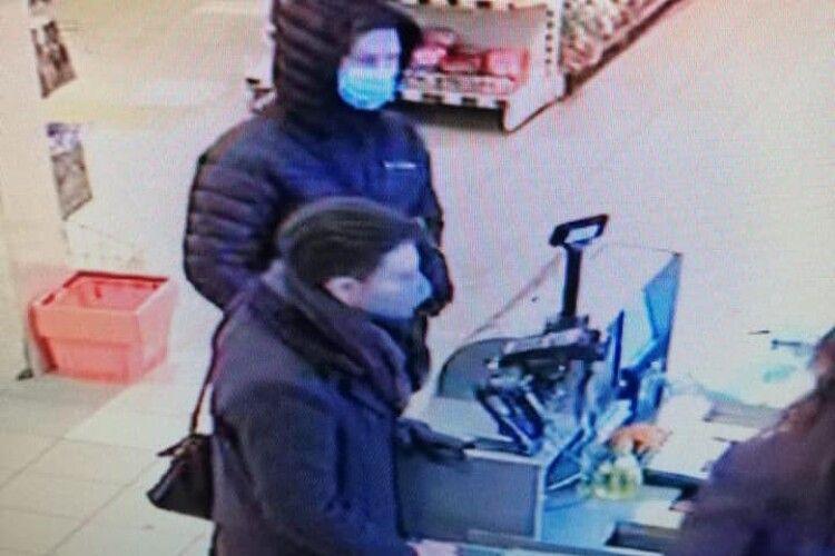 Просять упізнати крадіїв з луцького магазину (Фото)