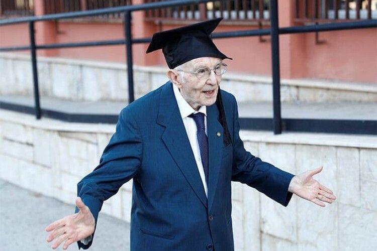Ніколи не пізно: 96-річний ветеран отримав ступінь бакалавра і став найстарішим випускником університету