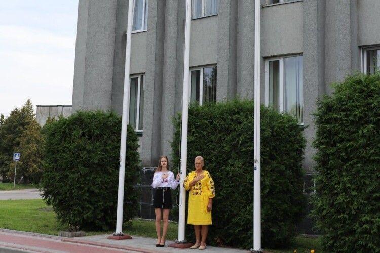 Мама Героя і випускниця-розумниця підняли прапор України у місті на Волині (Фото)