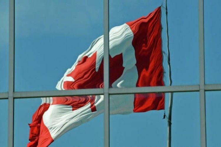 Білорусу дали 15 діб арешту за вивішений у вікні прапор Канади