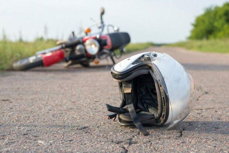 На Волині мотоциклістка злетіла в кювет, а мотоцикліст впав посеред дороги