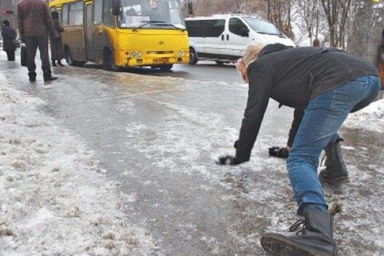 Через ожеледицю у Луцьку 8 людей отримали переломи
