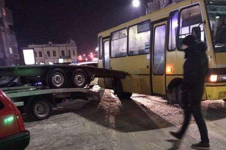 Пасажири заблоковані: у центрі Ковеля маршрутка потрапила у ДТП (Фото)