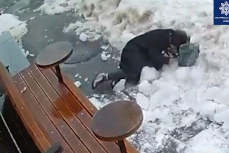 Камери зафіксували момент падіння брили льоду на жінку (Відео)