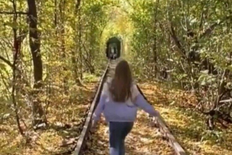 Рівнянин задля примирення з дружиною винайняв потяг в Тунелі кохання