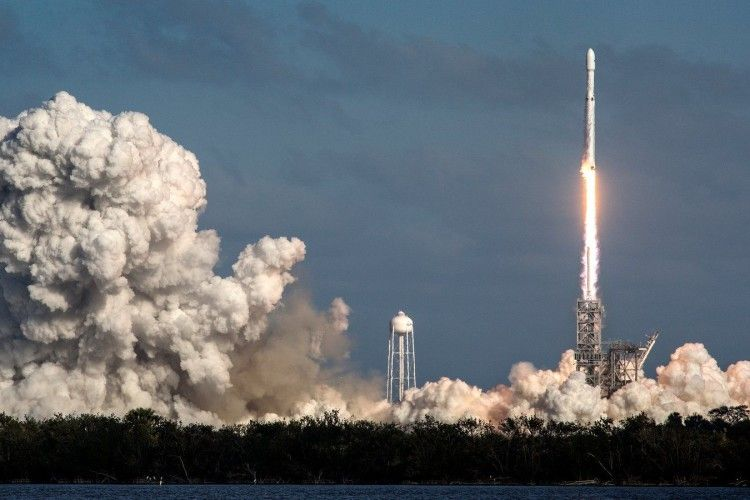 Найпотужніша ракета, яка може доставляти людей на Місяць і Марс, полетіла у космос (Відео)