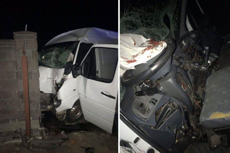 Мікроавтобус так сплющило, що водія довелося витягати рятувальникам