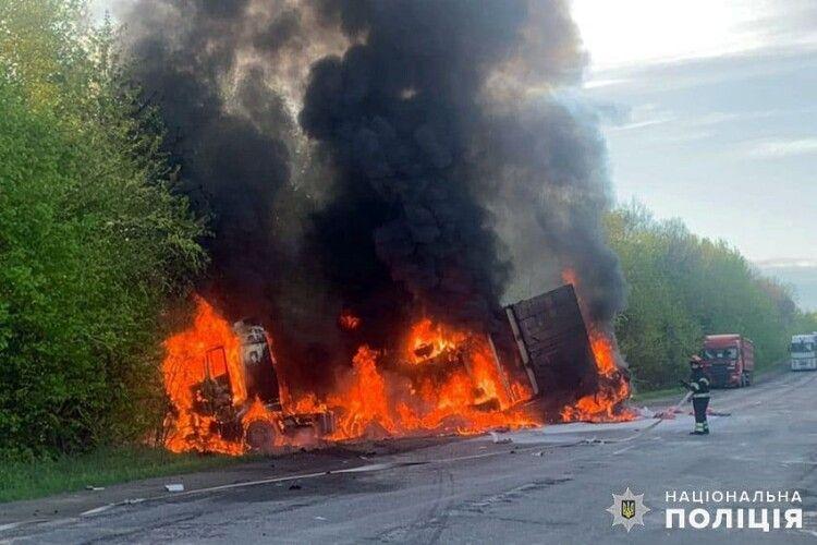 Вантажівка влетіла в мікроавтобус й обидва загорілися: загинуло 4 людини (Фото)