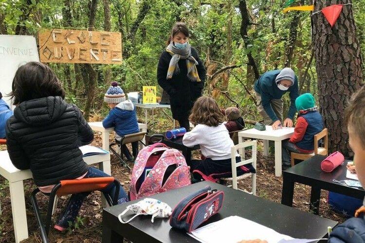У французькому селі в знак протесту провели урок у лісі
