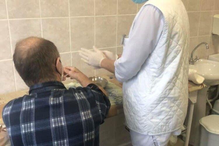 У Луцькій лікарні розповіли, як рятували пацієнту пальці руки, яка потрапила в циркулярку (Фото 18+)