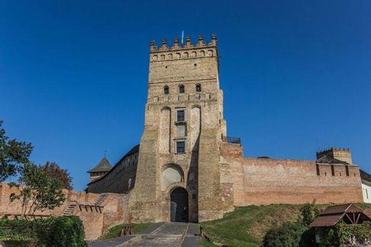 Під стінами Луцького замку гниють яблука