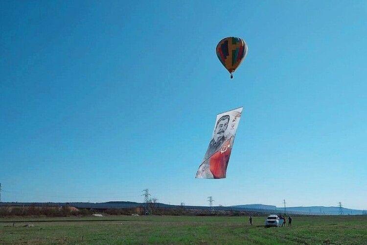40-метровий портрет Сталіна запустили в небо над окупованим Кримом у роковини підписання указу про депортацію кримських татар