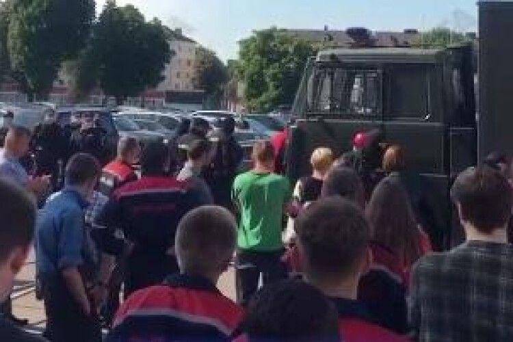 В Мінську на прохідній МТЗ бійці ОМОНу схопили й кинули в автозак членів Координаційної ради білоруської опозиції