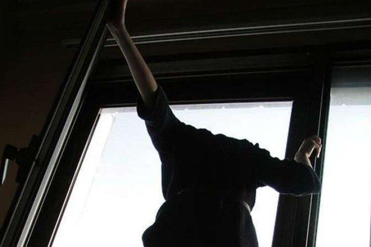 11-річна дівчинка вистрибнула з вікна восьмого поверху на очах у батька: подробиці трагедії (Відео)