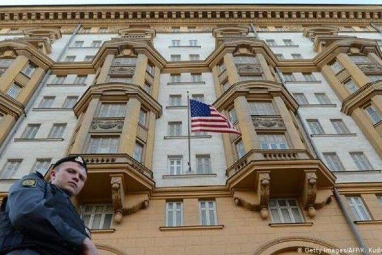 Посольство США в РФ припиняє видавати візи росіянам
