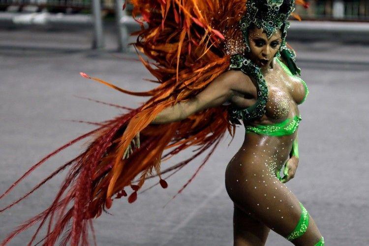 Під час бразильського карнавалу у танцівниці порвалися труси – проте вона зуміла майстерно продовжити свій виступ