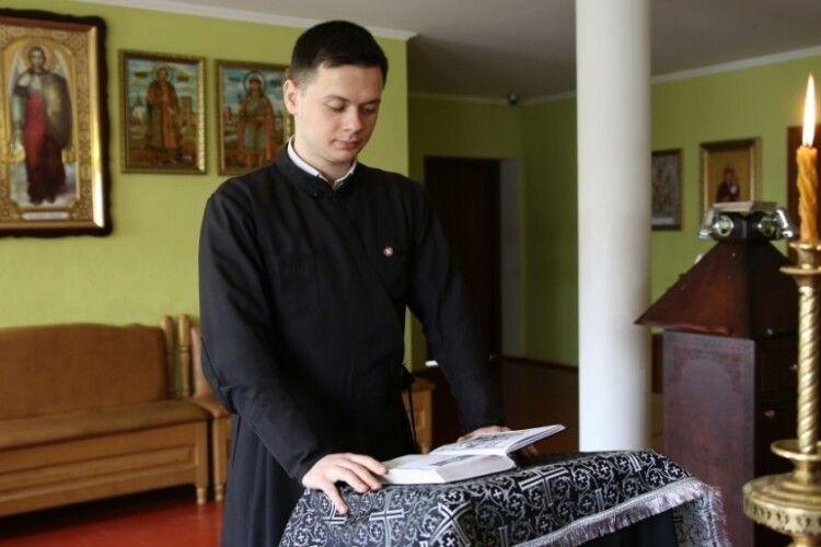 Семінаристи з Луцька цілодобово читають Невсипущий Псалтир