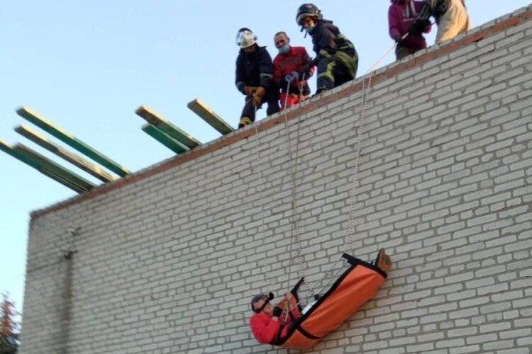 На Волині працівник травмувався під час ремонту даху школи