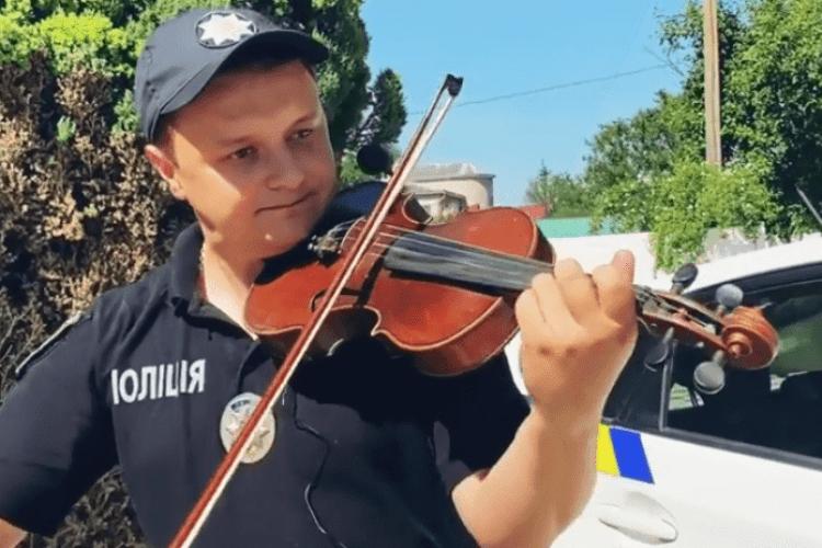 Патрульний з Волині показав, що не уміє не тільки пильнувати за водіями, а й грати на скрипці (Відео)
