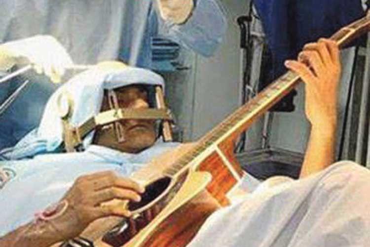 Гітарист грав, коли на його мозку робили операцію!