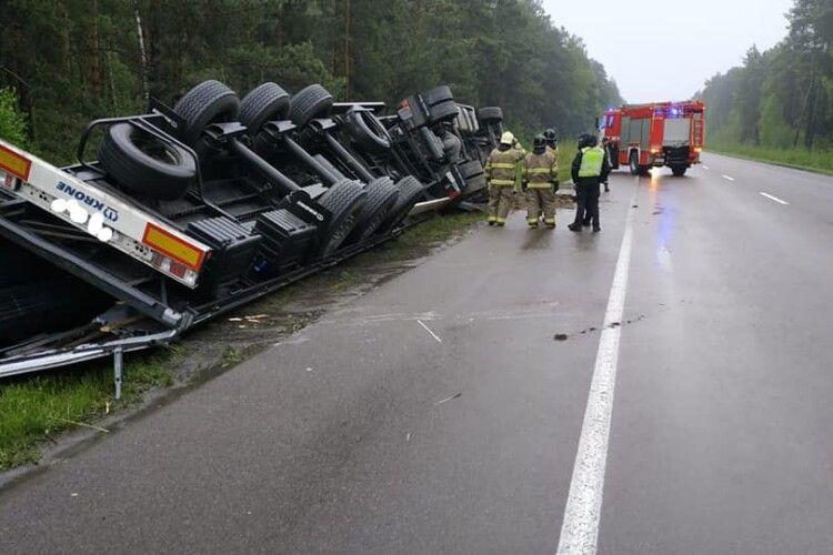 На Рівненщині перекинулася вантажівка з причіпом (Фото)