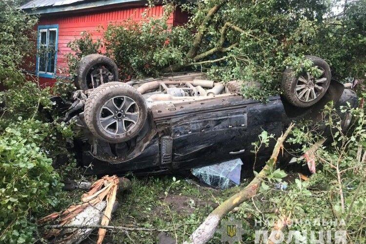 На Камінь-Каширщині Range Rover влетів на подвір'я і перекинувся, є постраждалі (Фото)