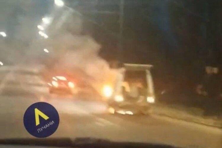 У Луцьку на ходу загорівся автомобіль (Відео моменту)