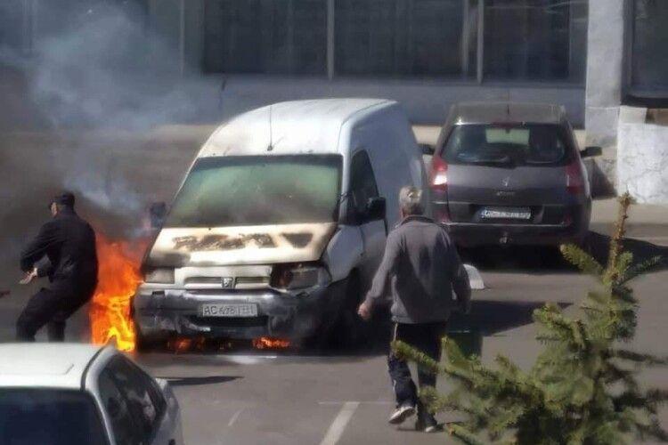 У Луцьку гвардієць допоміг погасити палаючий автомобіль