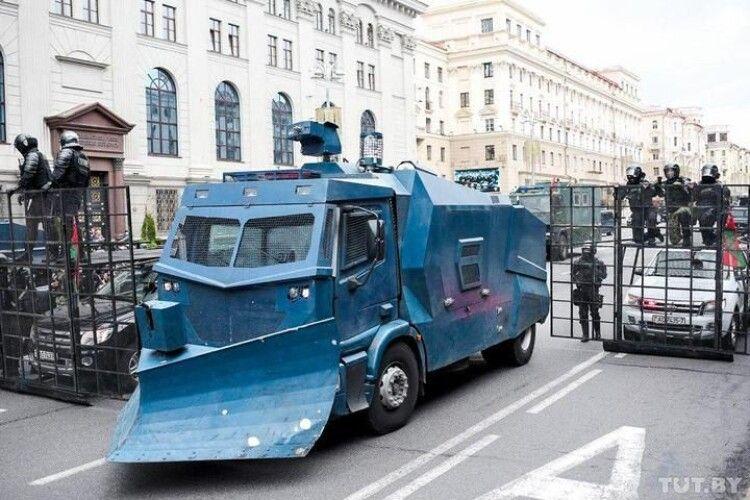 У Мінську вирують протести. Силовики пригнали важку техніку (Фото, відео)