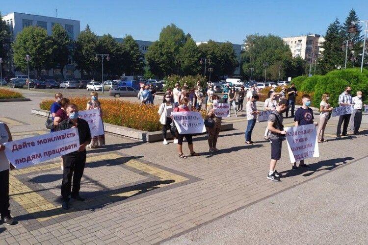 У Рівненській ОДА домовились з пікетувальниками про відкриття оздоровчих таборів