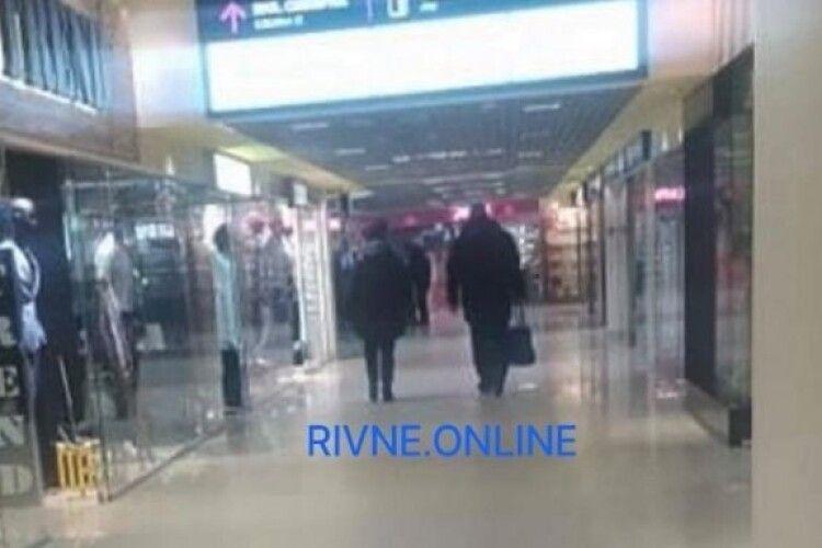 Серійний ґвалтівник з Рівного розгулює по місту, чоловіка помітили у торговому центрі