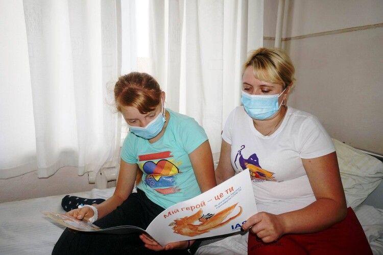 Луцькі гімназисти подарували дитячій лікарні книги (Фото)