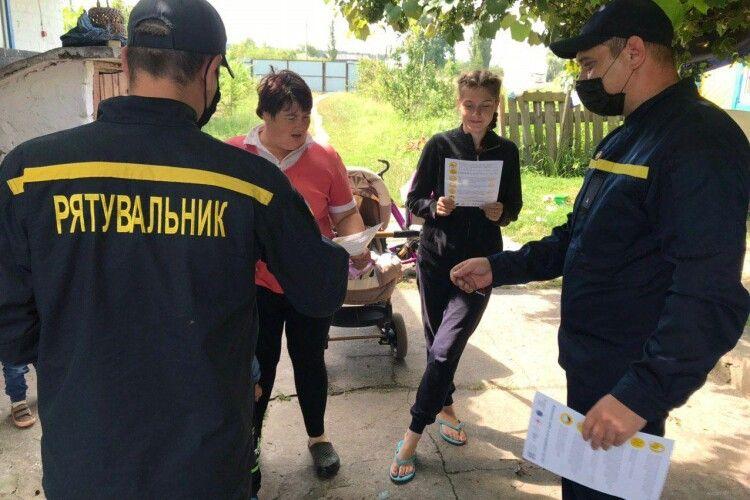На Рівненщині бійці ДСНС закликали селян стерегтися червоного півня (Фото)