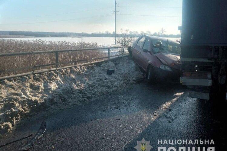 Зіткнулись з вантажівкою: лучани потрапили в аварію на Львівщині (Фото)