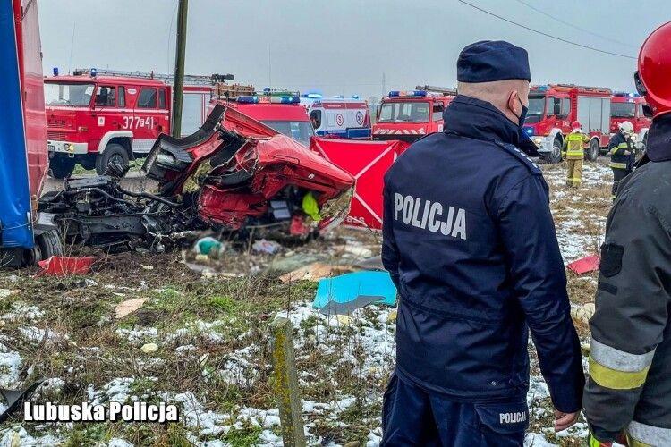У Польщі водій з України влетів вантажівкою під швидкісний поїзд