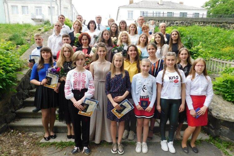 Як у Горохівській музичній школи відправляли у доросле життя 18 обдарованих випускників (Фоторепортаж)