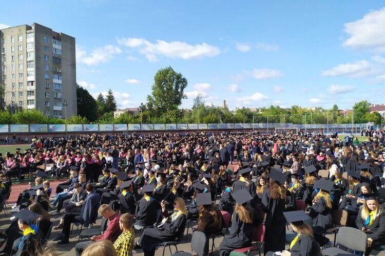 Сьогодні сотні першокурсників Лесиного вишу стануть студентами