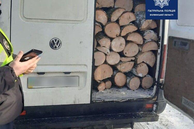 На Волині патрульні зловили буса з деревиною