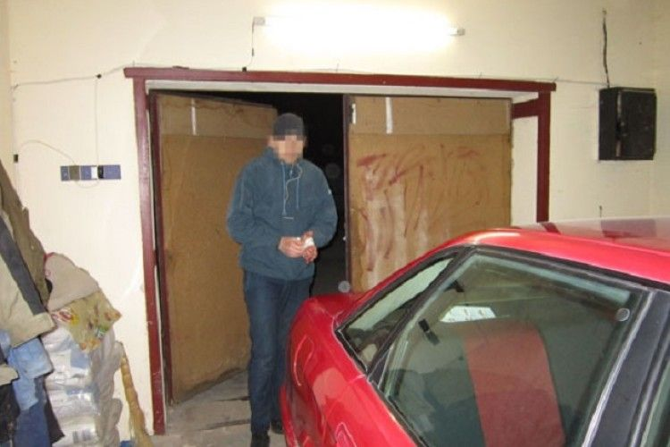 У Рівненському районі господарі застали злодія на «гарячому» і зачинили у гаражі (фото)