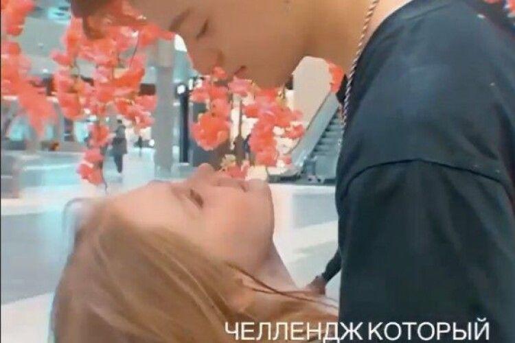 «Роман» 8-річної українки з блогером: дівчина поскаржилась на соцслужби